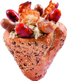 Bacon és káposzta, frissen sült kenyértölcsérben, helyben grillezett bajor és magyaros kolbászkákkal