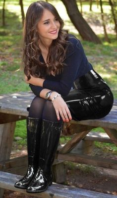 Amateur brunette in sweater, high waisted black patent leather skirt and shiny black rubber boots wellies seated on bench Thigh High Boots, High Heel Boots, Heeled Boots, Flat Boots, Latex Fashion, Fashion Boots, Sexy Outfits, Looks Pinterest, Sexy Stiefel
