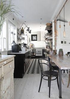 rustykalna kuchnia,industrialna kuchnia,kuchnia w czarno-białym kolorze,metalowe detale w kuchni,biała podłoga,biało-czarny dywan w kuchni,s...