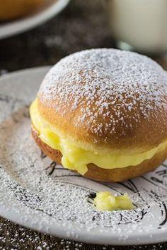 Бразильские жареные пончики с ванильным кремом