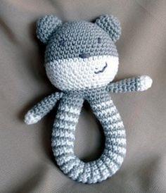 Leuk kraamcadeautje om zelf te haken. Patroon op: http://isitatoy.blogspot.be/2012/10/teddy-rattle-free-pattern.html