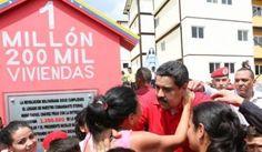 VENEZUELA: MADURO ENTREGA LA CASA 1 MILLON 200 MIL CONSTRUIDA POR LA GRAN MISION VIVIENDA   Maduro entrega la casa 1 millón 200 mil construida por la Gran Misión Vivienda Venezuela El presidente de la República Nicolás Maduro entregó este jueves la vivienda un millón 200 mil construida por la Gran Misión Vivienda Venezuela (GMVV) programa creado en abril del año 2011 por el líder de la Revolución Bolivariana Hugo Chávez que en cinco años ha beneficiado a igual número de familias en el país…