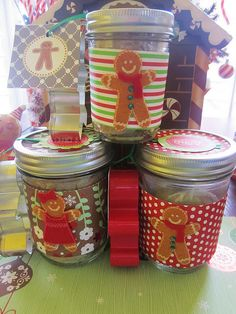 cute gingerbread decorated jars- but fill with moonshine Gingerbread House Parties, Gingerbread Crafts, Christmas Gingerbread, Christmas Themes, Kids Christmas, Christmas Crafts, Jar Gifts, Food Gifts, Decorated Jars