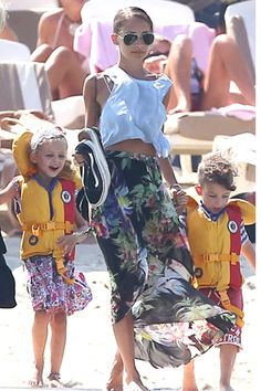 No matter where in the world Nicole Richie is, her style never disappoints. While enjoying a family vacation in St. Tropez on July the fashionable mother of two rocked a white loose-fitting crop top with a high-waisted tropical-print skirt. Mom Outfits, Summer Outfits, Celebrity Stars, Beach Attire, Vogue Japan, Nicole Richie, Her Style, Beach Bbq, Summer Beach