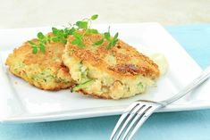 """Tasty Meatless Zucchini """"Crab"""" Cakes With Garlic Rice and Green Beans Recipes for a complete meal. 300 Calorie Meals, Healthy Low Calorie Meals, No Calorie Foods, Low Calorie Recipes, Healthy Eating, Seafood Recipes, Vegetarian Recipes, Dinner Recipes, Cooking Recipes"""