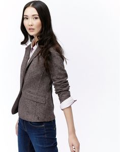 Joules Womens Single Breasted Jersey Tweed Blazer, Caper Tweed.                     Soft and comfortable to wear, this jersey tweed blazer is a modern twist on a classic.  Crafted from cotton jersey it's structured to keep its shape and sleek fit. Look out for its contrast velvet collar stand and casual vented shirt cuffs.