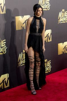 Kendall Jenner toute en jambes aux MTV Movie Awards