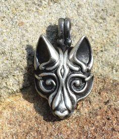 Fenrir - Viking-Wolf. Das Schicksal dieser mythologischen Wolf ist mit Odin während Ragnarök zu kämpfen. Juwel ist inspiriert von der Viking-Art-Stil Borre (benannt nach der Ortschaft in Norwegen, IX. - x. Jahrhundert). Anhänger ist groß (2.1. x 4 cm). Wolf symbolisiert die Stärke,