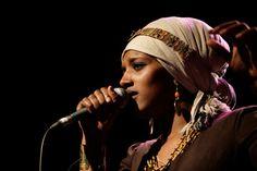 Mo' Kalamity - Empreinte de ses origines « Africa international », originaire du Cap Vert, elle grandit en France, baignée très tôt dans un univers musical éclectique : elle découvre entre autre le Reggae, la Soul music dont elle s'empreigne et vibre au son des musiques afro américaines et Jamaïcaine des sixties et seventies. #MoKalamity #Soul #Reggae