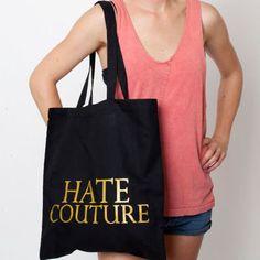HATE COUTURE  Haute Couture ist tot, hoch leben Vintage & Co. Wer es satt hat, nur für den Desigernamen am Etikett Unmengen an Geld auszugeben, kann mit diesem Jutebeutel endlich ein anständiges Statement setzen. Wer braucht schon High-Fashion, wenn es genug andere Möglichkeiten gibt, die eigene Persönlichkeit im Kleiderschrank widerzuspiegeln. Der Beutel besteht aus Bio-Baumwolle, in 37 x 40cm lässt mindestens ein Second Hand Teil verstecken. Bedruckt wurde die Jute in Berlin-Kreuzberg. Für…