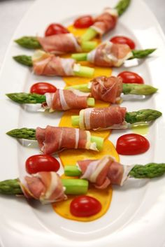 Receta de Espárragos Envueltos en Jamón Serrano Gourmet Recipes, Cooking Recipes, Healthy Recipes, Appetizers For Party, Appetizer Recipes, Party Dishes, Food Decoration, Appetisers, Food Presentation