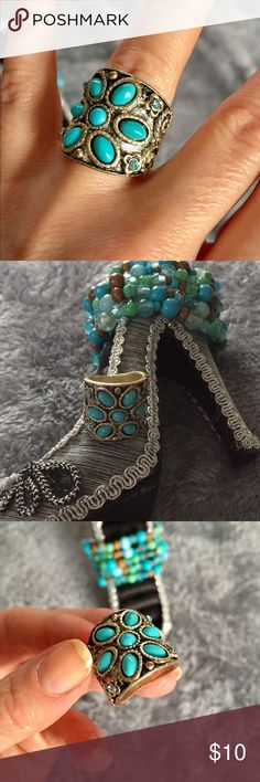 Gorgeous Turquoise Ring - sz 5 This is a truly gorgeous statement ring which will draw immediate attention to your persona. Not a precious metal/stone, dress up jewelry. Size about 5 Jewelry Rings