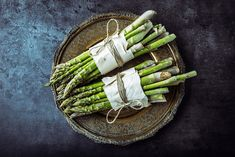 Nearly half of people living with depression have low folate levels. Asparagus is a mood-boosting food loaded with the nutrient. Asparagus is also key in preventing—or nursing—a hangover. In Korean researchers found that asparagus extracts increased Healthy Recipes For Diabetics, Diabetic Recipes, Healthy Pizza, Healthy Eating, Healthy Food, Health Benefits Of Asparagus, Best Fat Burning Foods, Dog Health Tips, Fresh Asparagus