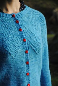 Siri is a seamless cardigan knitted from the top down with no seams.