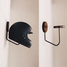 Fitted hat rack ideas For Boys Fedora hat hanger Horseshoe ideas Vintage hat she. Diy Hooks, Deco Design, Motorbikes, Wood Projects, Decoration, Cool Stuff, Inspiration, Hall Closet, Entry Closet
