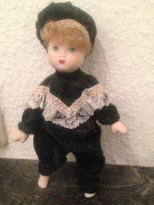 Neue Leserfragen zu Puppen online: http://sammler.com/spielzeug/puppen.htm#Leserbriefe