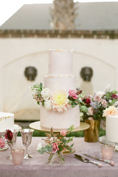 "From the editorial ""This Wedding Will Instantly Inspire You to Add a Touch of Whimsy to Your Wedding Flowers."" We adore every little detail, especially the floral adorned cake! Photography: @thehappybloom #weddingcake #whimsicalcake #whimsicalwedding #floralcake #flowercake"