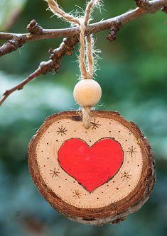 Décoration pour arbre de Noël ou pour créer des guirlandes de Noël, faite avec pyrographe et peinture acrylique. Ce sont les troncs dune vieille branche de cèdre. La plante, qui était dans un parc, était sèche et a été abattue. Jai récupéré ce bois pour effectuer mon travail. Ce bois a