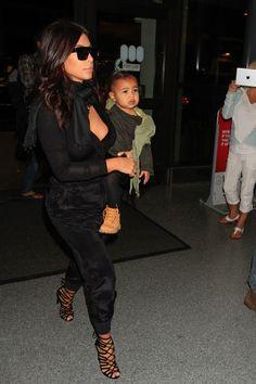 Kim Kardashian à l'aéroport de Los Angeles avec North et Kanye West le 29 août 2014