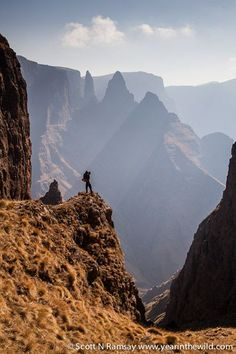 A perfect activity to do in colder weather: Hiking amazing places - Mnweni, Drakensburg, South Africa Travel Around The World, Around The Worlds, South Afrika, Espanto, Namibia, Road Trip, Kwazulu Natal, Beautiful Places, Amazing Places