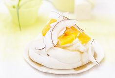 Vanille-Pavlova mit Orangen und Kokosnuss