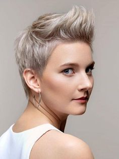 The Hottest Variations Of A Long Pixie Cut To Look Flawless ★ Long Pixie Cuts, Short Pixie Haircuts, Long Hair Cuts, Coupes Long Pixie, Petite Blonde, Old Hairstyles, Super Short Hair, Different Hair Colors, Short Blonde