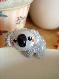 Partagez votre thé avec cet adorable petit koala qui retiendra avec tendresse votre sachet de thé lors de son infusion.  Figurine réalisée en porcelaine froide peinte et verni - 9555665