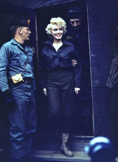 Février 1954 / Pour son mariage de noce avec Joe DiMAGGIO, le couple (Marilyn et Joe) senvole au Japon... Cependant, Marilyn restera 3 jours de plus en Corée afin de faire le tour des camps militaires, chantant pour les soldats pour leur remonter le moral...