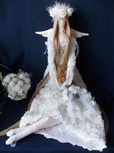 Tilda Isabella es de 25 pulgadas (65 cm) de altura dama.  Ella está hecha de algodón, lino y encaje.  Su vestido está hecho de flores de encaje y de 500 g (17,6 oz.) De Pearles cosida a mano.  Cada perla es cosido a mano.  Este encantador muñeca puede decorar su casa o ser un excelente regalo.  Cada muñeca es creación única.  Está lleno de fibra de relleno de poliéster hipoalergénico (como perlas).