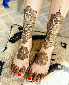 While those minimal bridal feet mehndi designs look super flamboyant, and somehow, the charm of the timeless leg mehndi designs is unparalleled. Pretty Henna Designs, Simple Arabic Mehndi Designs, Latest Bridal Mehndi Designs, Modern Mehndi Designs, Mehndi Designs For Girls, Wedding Mehndi Designs, Mehndi Designs For Fingers, Dulhan Mehndi Designs, Mehndi Designs For Hands