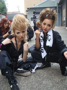 Bōsōzoku generally consists of drop outs highschool girls joining japanese motorcycle gangs .They can be seen wearing pilot jumpsuits and kamikaze headbands , they usually decorate their motorcyles with battle flags . Japanese Streets, Japanese Street Fashion, Tokyo Fashion, Japanese Gangster, Japanese Girl, Gyaru Fashion, Harajuku Fashion, Visual Kei, Kill Bill