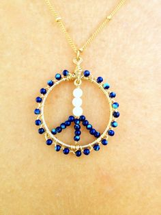 Peace sign - teenage girls would love this! Bead Jewelry, Jewelry Design, Jewellery, Peace Sign Necklace, Costume Parties, Jewelry Ideas, Unique Jewelry, Hippie Bohemian, Dream Catchers