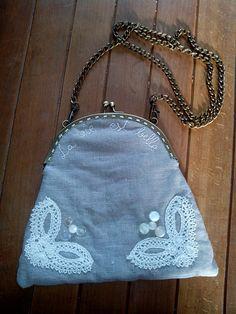bolso en lino, con puntillas de bolillos y botones antiguo