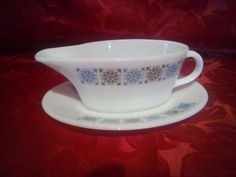 """#Pyrex """"Chelsea"""" #GravyBoat/ #SauceBoat & Stand, £7 by @RetroNautik - Simple yet elegant design, and practical, Pyrex ticks all the boxes. No chips or cracks (it IS Pyrex after all!). Will combine postage with other items."""