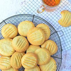 Met dit overheerlijke basisrecept koekjes kun je vele verschillende koekjes bakken. Kijk hier voor het recept! Bakery Recipes, Cookie Recipes, Snack Recipes, Aruba Food, Baking Basics, Bakery Cakes, No Bake Cookies, Sugar Cookies, Healthy Baking