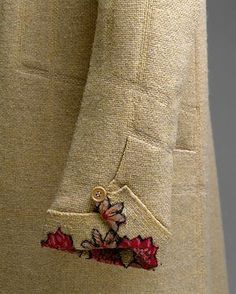 1927 cream coat by Gabrielle Chanel - sleeve detail w/ flower embroidery Kurti Sleeves Design, Sleeves Designs For Dresses, Sleeve Designs, Blouse Designs, Kurta Designs, Couture Details, Fashion Details, Fashion Design, Style Fashion
