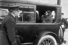 Esta foto tomada de  http://content.time.com/time/photogallery/0,29307,1636836_1389493,00.html Muestra como experimentaban los policias de Chicago con los primeros telefonos radio. 1922