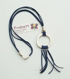 Collar con Antelina azul marino y piezas de Zamak con baño de plata. Marca Frabett: