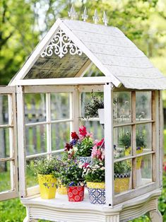 Turn Old Windows Into a Gorgeous Garden Greenhouse - My Garden Decor List Old Window Greenhouse, Diy Mini Greenhouse, Miniature Greenhouse, Backyard Greenhouse, Greenhouse Plans, Homemade Greenhouse, Pallet Greenhouse, Portable Greenhouse, Armoire Shabby Chic
