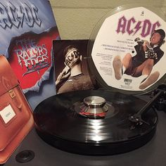 #acdc#therazorsedge#angusyoung#malcolmyoung#brianjohnson#chrisslade#cliffwilliams#jonna#single#borrowedtime#picturedisc#turntable#nowspinning#1990#2003#regarp1#record#recordclamp#turntable#tocadiscos#vinyl#vinilo#disco  by barri