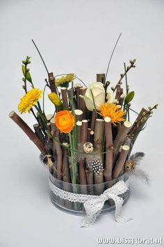 Early Easter…- spring flowers with branches Tree Branch Crafts, Branch Decor, Deco Floral, Arte Floral, Modern Floral Arrangements, Flower Arrangements, Handmade Decorations, Flower Decorations, Easter Flowers