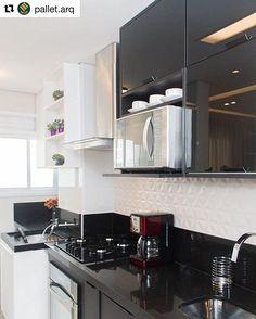 Nossa cozinha ❤️ (estamos de volta) #arquitetura #ambiente #kitchen #archdecor #instaarch #apartamento #archdesign #arquiteturadeinteriores #home #homedecor #style #homedesign #instadecor #interiordesign #designdecor #decordesign #decoracao #decoration #love #instagood #decoracaodeinteriores #lovedecor  #architecture #archlovers #homesweethome #black #preto #details #cozinha #new