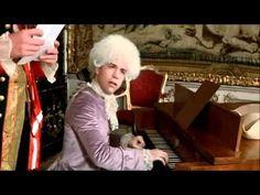 Amadeus: escena en la que Salieri y Mozart se conocen, y el gran compositor ridiculiza con su genio a Salieri.