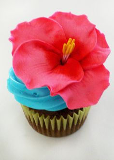 Cupcake for Hawaiian Baby Shower (luau party) Hawaiian Cupcakes, Luau Cupcakes, Hawaiian Luau Party, Hawaiian Birthday, Hawaiian Theme, Flower Cupcakes, Tropical Party, Cupcake Cakes, Ladybug Cupcakes