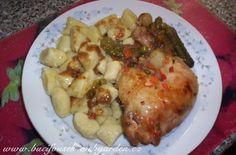 """""""Kuře tří hořčic podle Livie Klausové"""" - BOMBA!!!! SUROVINYRozpis na celé kuře: 1 kuře nebo 4 stehna, 4 polévkové lžíce plnotučné hořčice, 4 polévkové lžíce kremžské hořčice, 4 polévkové lžíce francouzské hořčice, 4 polévkové lžíce švestkových povidel nebo rybízové marmelády, 1 sklenička MoravankyPOSTUP PŘÍPRAVYKuře omyjeme, naporcujeme na 4 díly, osolíme, okmínujeme. Z hořčic a povidel si umícháme pačok, který rozetřeme na dno pekáče. Na pačok položíme kousky kuřete (!!!KUŘE SE JE..."""