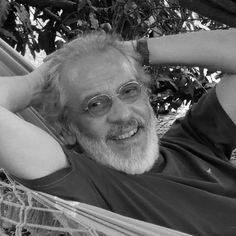 Charles Peixoto, convidado da #Flip2014, fez parte da turma de poetas marginais do Rio de Janeiro nos anos 70. Ao lado de Chacal, Bernardo Vilhena, Ronaldo Santos, entre outros, integrou a Nuvem Cigana, coletivo artístico marcado pela estética hippie, de sexo, drogas lisérgicas e rock. #PousadaDoCareca #Paraty #FLIP #FLIPse #FlipZona #Flipinha #literatura #cultura #turismo #evento #MillôrFernandes #Millôr