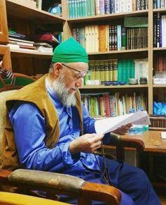 Ṭarīqa bringt zum wahren Islam - Allāhs Weisheit, Sein erster Befehl an die Muslime ist, zu lesen. Es gibt Bücher, die die Menschen erheben - der Glorreiche Qur'an, die Aḥādīth unseres Propheten (saws). Diese sollten zuerst gelesen werden. Diese sind gut. Es gibt allerdings auch Dinge, die sollten nicht gelesen werden, die Zweifel in die Menschen werfen. Ihr solltet diese Bücher nicht einmal angucken.