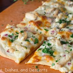 Roasted Garlic, Chicken & Herb White Pizza @keyingredient #cheese #chicken