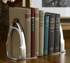 Derbyshire Stirrup Bookends – Ralph Lauren with a touch of Jane Austen. Suportes para livros Derbyshire Stirrup – Ralph Lauren com um toque de Jane Austen. Equestrian Chic, Equestrian Bedroom, Home Decor Accessories, Decorative Accessories, Decoration Entree, Decoration Inspiration, Country Chic, Bookends, Diy Home Decor