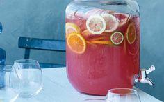 Lækker spritz med Aperol, grafe og gin - lav din spritzer med pink grapefrugtjuice og server i en bowle med masser af is og citrusfrugter.